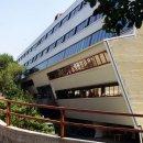 Trieste – Istituto d'Arte E.U. Nordio – facciate e serramenti in alluminio con aperture sporgere - Serramenti in alluminio a battente